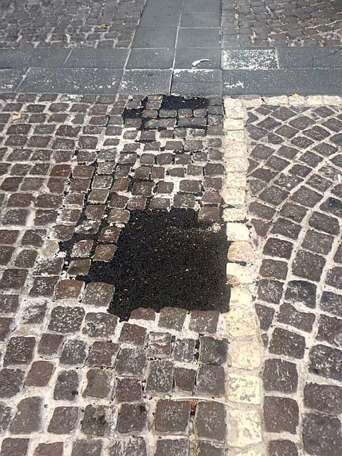 Vomero, via Luca Giordano, buche riparate con asfalto-2