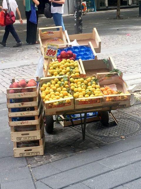 Vomero, via Luca Giordano, ambulante frutta 480x640-2