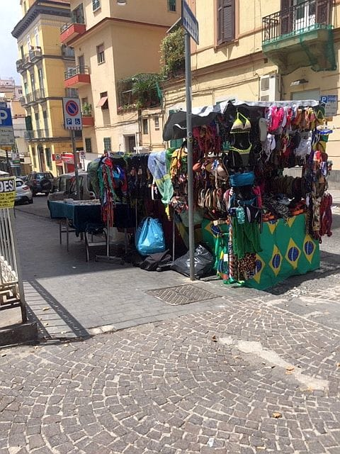 Vomero, via Luca Giordano ambulanti incrocio via Pitloo-2
