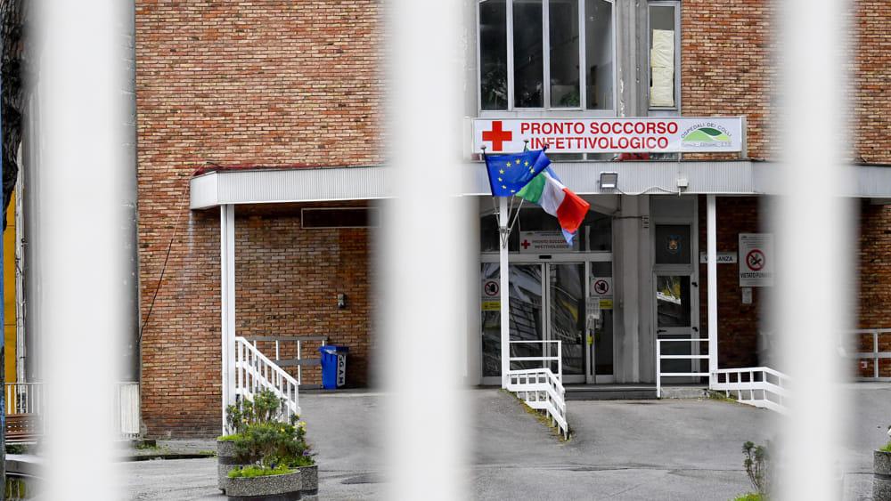 Infermiere vaccinato con doppia dose muore per Covid: era stato in vacanza in Sardegna