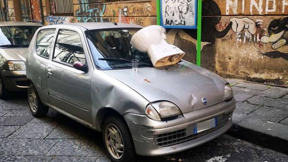 """""""Un water sull'auto di chi non paga il parcheggiatore abusivo"""": la denuncia"""