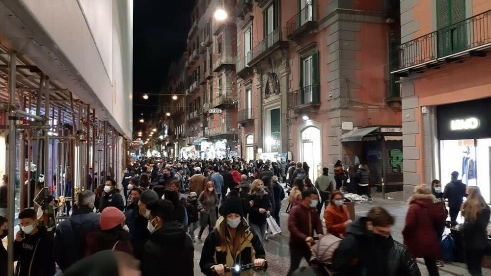 """Folla in strada, il comandante dei vigili: """"Troppe persone in giro. Impossibile controllarle"""""""