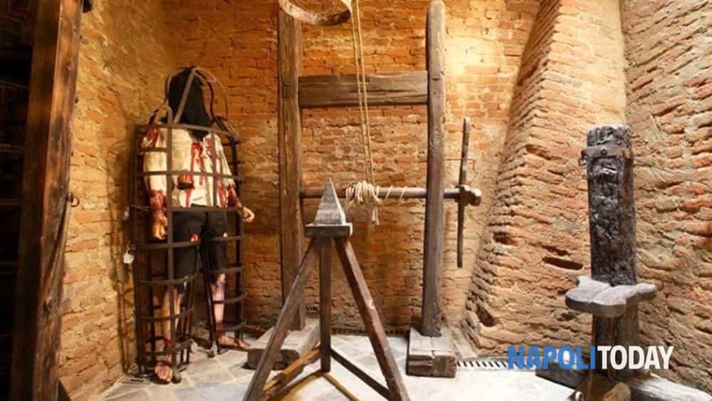 streghe a napoli: strumenti di tortura, roghi, persecuzioni e malefici.-4