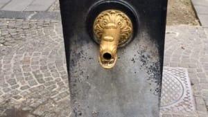 Vomero, via Scarlatti: contenitore danneggiato e ...