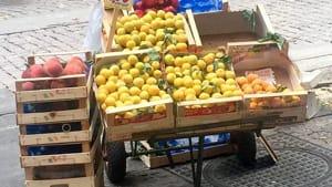 Vomero, via Luca Giordano, ambulante frutta-3