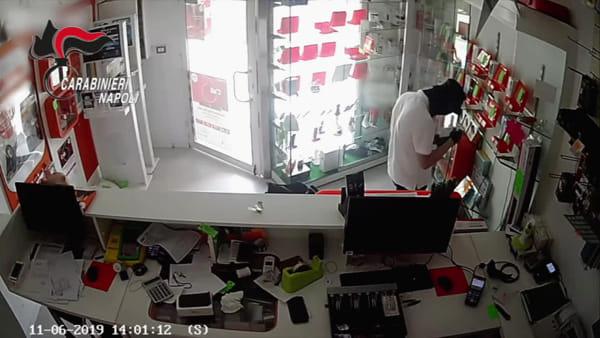 Irruzione nel negozio di telefonia durante la pausa pranzo: il furto (VIDEO)