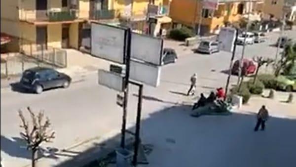 Donna rimprovera dal balcone le persone ferme in strada (VIDEO)