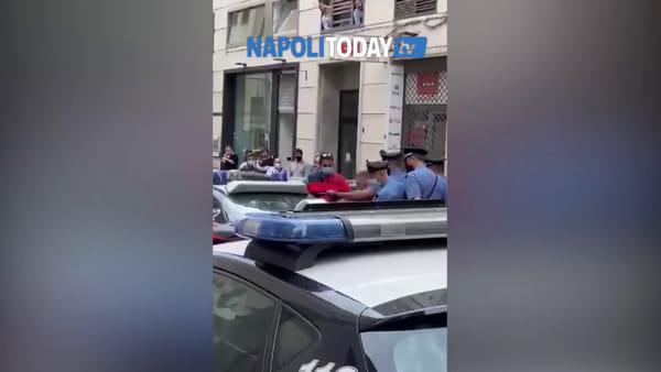 Barbiere ferito con le forbici: l'aggressore portato via in manette (VIDEO)
