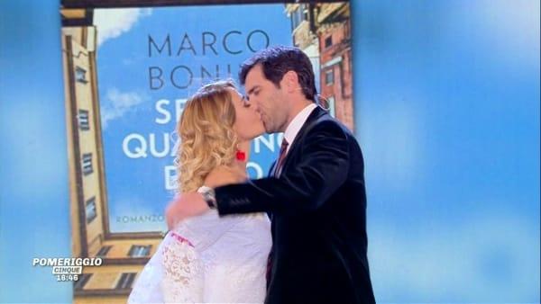 Barbara d'Urso, il bacio in diretta tv a Pomeriggio Cinque   VIDEO