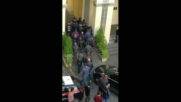 Sparatoria in piazza Nazionale, l'arrivo del presunto complice in caserma