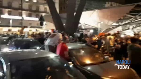 Piazza Garibaldi, tifosi in attesa del rientro del Napoli in città | VIDEO