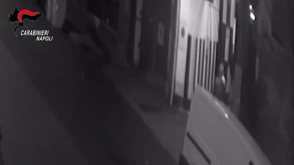 Banda di rapinatori d'auto a Napoli: le immagini di un raid in un garage
