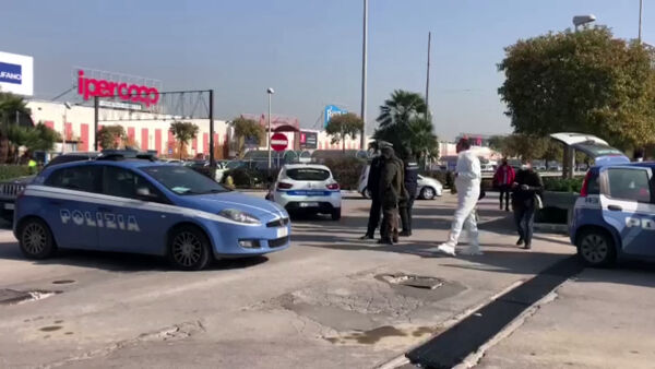 Cadavere in  auto davanti al centro commerciale: le urla dei parenti (VIDEO)