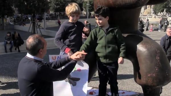 Bambini per il plastic free in piazza Municipio, la manifestazione | VIDEO