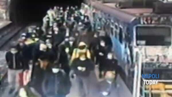 """""""Nessun controllo"""": folla di passeggeri in uscita dal treno a Montesanto (VIDEO)"""