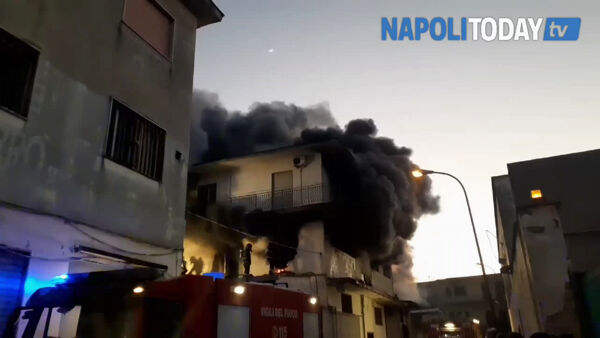 Incendio ad Arzano, rogo nel deposito: il video