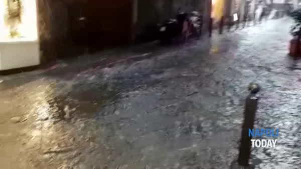 Temporale su Napoli, via Tribunali diventa un ruscello (VIDEO)