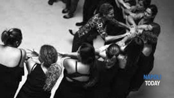 donne con la folla nel cuore-11
