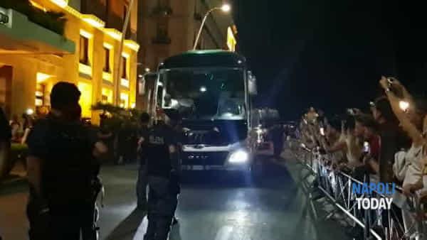 Il Liverpool arriva a Napoli: applausi e fischi dei tifosi azzurri (VIDEO E FOTO)
