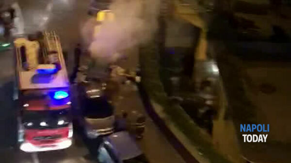 Fuochi d'artificio in strada: in fiamme una campana della differenziata | VIDEO