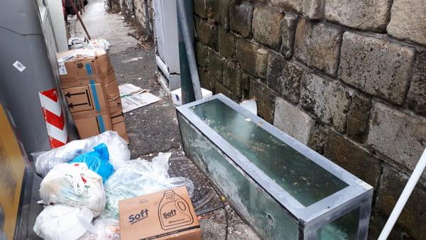 Un acquario abbandonato sul marciapiedi, degrado in via San Giacomo dei Capri
