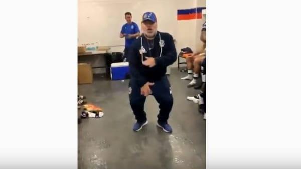 Maradona scatenato: il balletto del 'Pibe' per festeggiare la vittoria | VIDEO