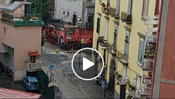 Pioggia su Napoli, a San Rocco la strada diventa un fiume | VIDEO