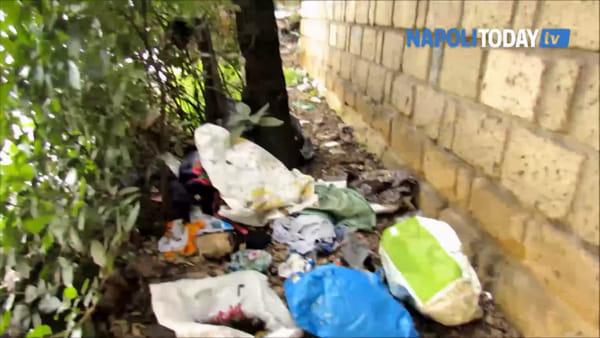 Degrado e rifiuti oscurano la scalinata dell'800