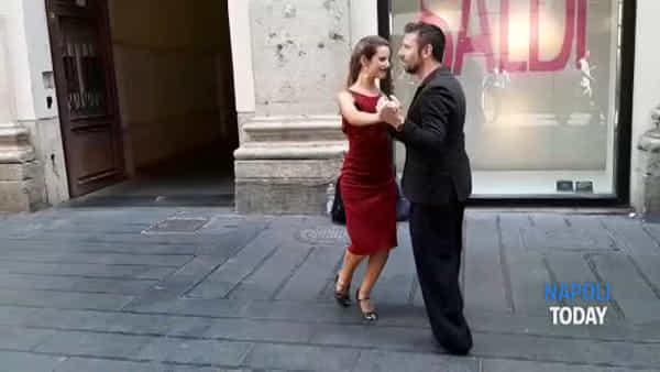 Lo spettacolo del Tango in via Toledo: spettatori affascinati