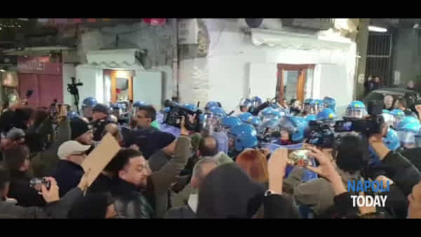 Salvini all'Augusteo, tensione tra forze dell'ordine e collettivi (VIDEO)