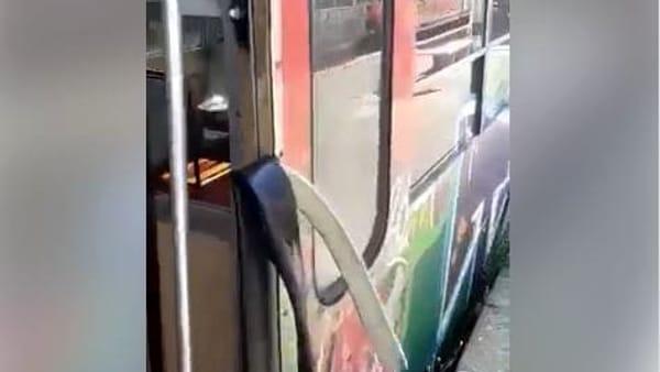 Circumvesuviana, vandali devastano e bloccano treno diretto a Sorrento | VIDEO