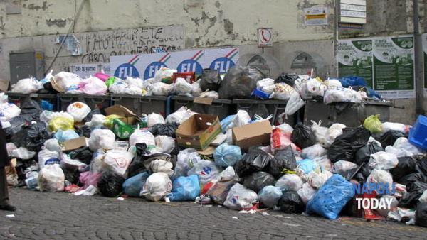 """Rifiuti, de Magistris: """"Città pulita entro domenica. Mai più queste scene"""""""