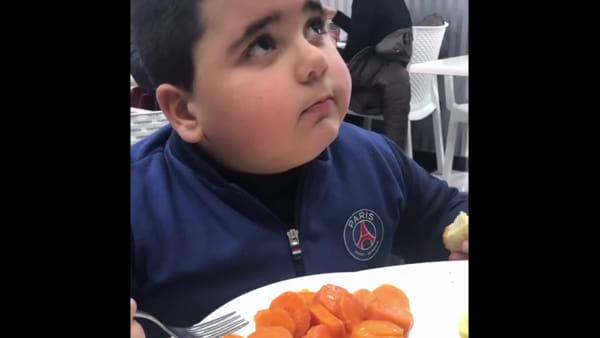 Umbertone inizia la dieta. La mascotte del Napoli reagisce male alle verdure