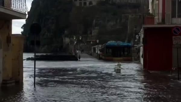 Maltempo si abbatte su Napoli e provincia: allagamenti ad Ischia|VIDEO