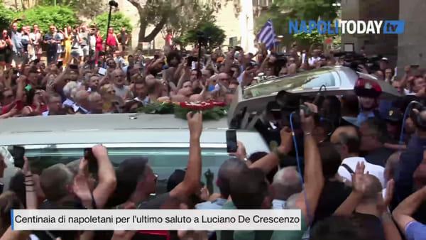 Funerali De Crescenzo, in centinaia applaudono all'uscita della bara
