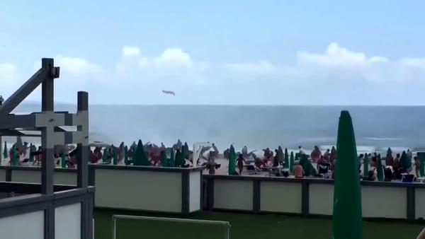 Tromba d'aria in spiaggia, panico tra i bagnanti: ci sono feriti|VIDEO