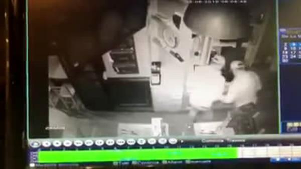 Ladri in azione in un pub della Riviera di Chiaia|VIDEO