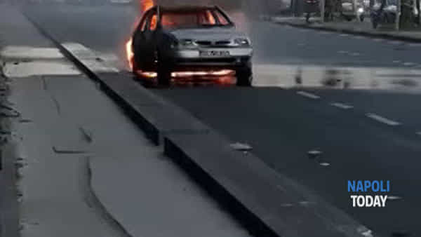 Via Marina, auto va a fuoco/VIDEO