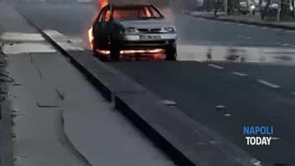 Via Marina, auto va a fuoco/VIDEO