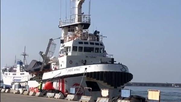 Open Arms entra nel Porto di Napoli: l'arrivo della nave | VIDEO