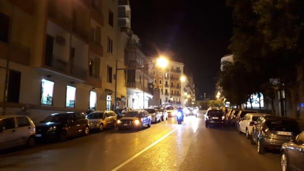 La doppia fila degli incivili a due passi dall'ospedale Santobono
