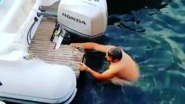 La scommessa di Balotelli: duemila euro a un uomo che si lancia in mare in moto (VIDEO)
