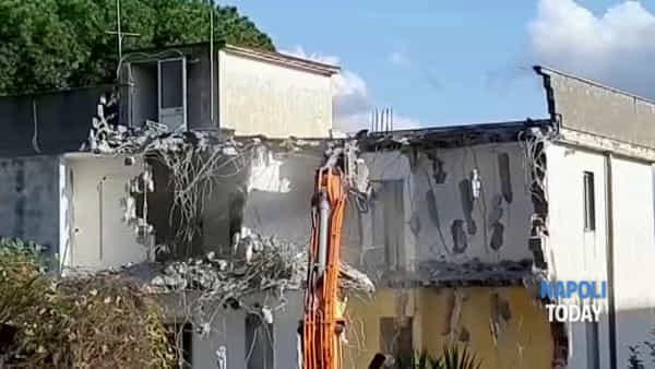 Ruspe in azione a Terzigno: al via gli abbattimenti delle abitazioni|VIDEO