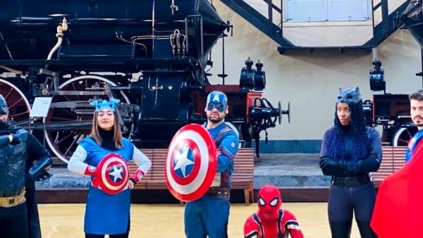 Carnevale sui treni di Pietrarsa: Pulcinella a braccetto con cavalieri, supereroi e principesse