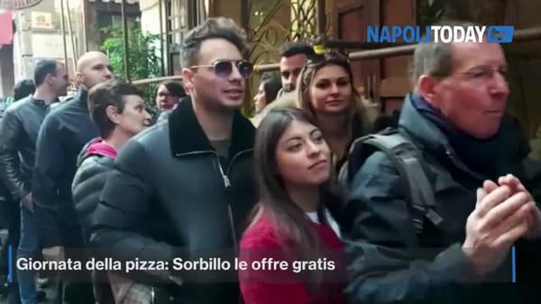 Folla al centro di Napoli: Sorbillo offre pizze gratis