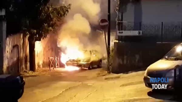 Paura in via San Giacomo dei Capri, auto esplode: le fiamme lambiscono un edificio