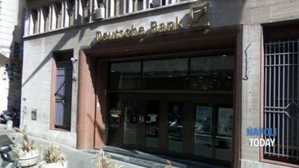 Via Santa Brigida, precipita ascensore interno alla Deutsche Bank: 5 feriti