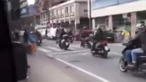 Arriva il Barcellona: i motorini inseguono l'autobus dei blaugrana (VIDEO)