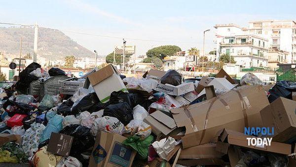 """Emergenza rifiuti, de Magistris: """"Siti di stoccaggio scelti con i territori"""""""