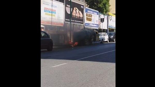 """Cassonetti in fiamme all'esterno dell'ospedale Santobono, i Verdi: """"Pene esemplari"""""""